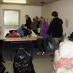 Elever fra Mariebjerg uddannelsescenter sortere tøj